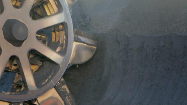 vídeos y material grabado en eventos de stock de mina de carbón de cubo de rueda de cargador - coal mine