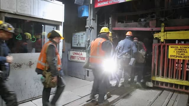vidéos et rushes de coal miners prepare to descend approximately 1000 meters below the surface at the kwk pniowek coal mine on november 30 2018 in pawlowice poland the... - mineur de charbon