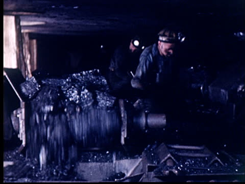vídeos de stock e filmes b-roll de ms, coal miners shoveling coal onto conveyor in underground mine, oklahoma, usa - mineiro de carvão