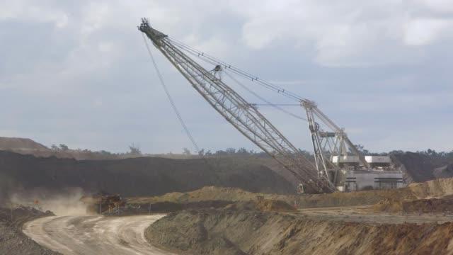 vidéos et rushes de coal mines traînante et camions à benne basculante - mineur de charbon