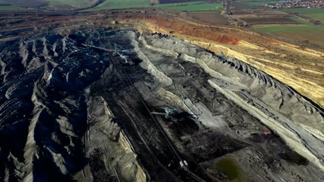 vídeos de stock, filmes e b-roll de mineração de carvão de cima - power supply
