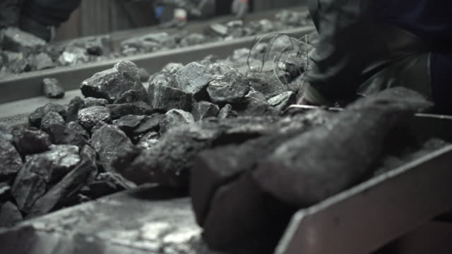 vidéos et rushes de coal operations in jangseong mining station of taebaek, gangwon province, south korea - mineur de charbon