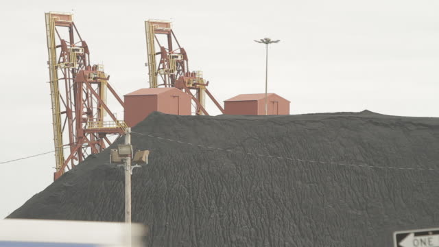 cu coal pile - 炭鉱点の映像素材/bロール