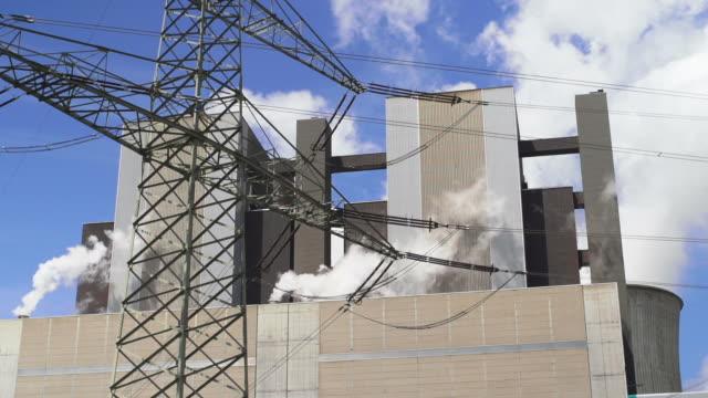 hd-kohle power plant und elektrische pylon echtzeit (4:2: 2) - hochspannungsmast stock-videos und b-roll-filmmaterial