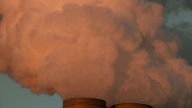 vídeos de stock e filmes b-roll de carvão vegetal de poder fumar pilha aquecimento global das emissões - substância tóxica