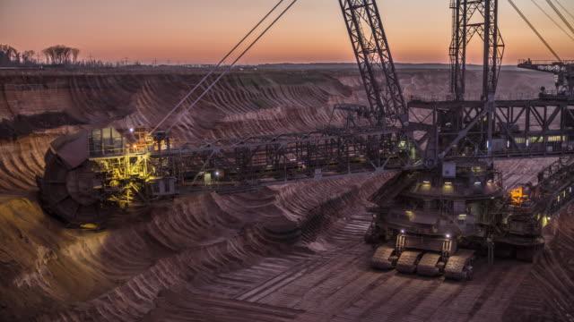 Superficie de mina de carbón con gigante excavadora de rueda de cangilones