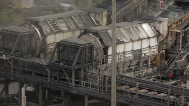 vídeos y material grabado en eventos de stock de vasos de carbón en una planta de procesamiento de la mina de carbón - fábricas tradicionales