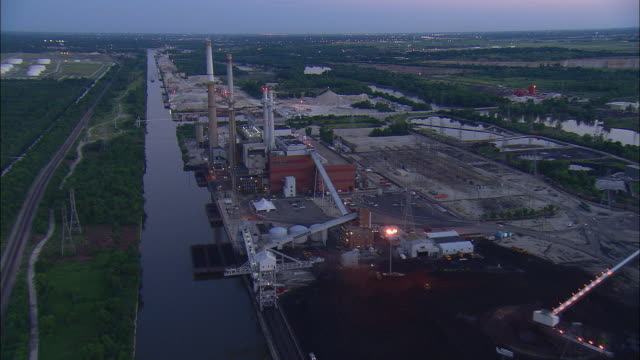 aerial coal-fired power plant at dusk, romeoville, illinois, usa - illinois stock-videos und b-roll-filmmaterial