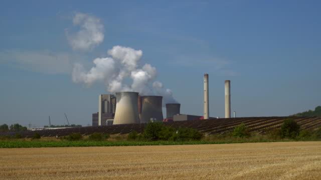 石炭火力発電所と太陽光発電所 - 工場の煙突点の映像素材/bロール