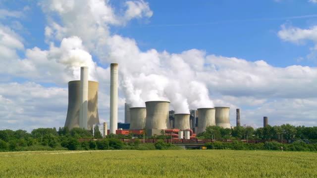 Kolen gestookte elektriciteitscentrale In agrarische landschap Cinemagraph