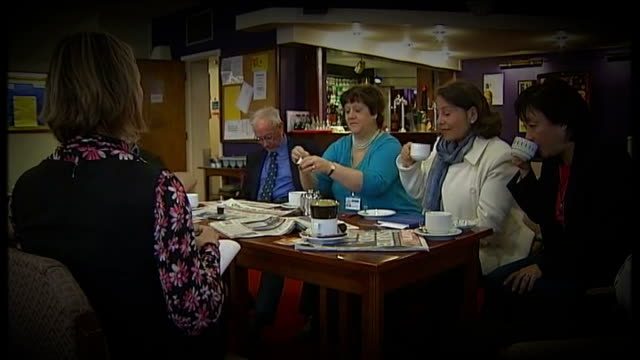coalition government concerns: report from chippenham; lib / tx 8.5.2010 graphicised sequence reporter and tory activists around table / carolyn... - チッペナム点の映像素材/bロール