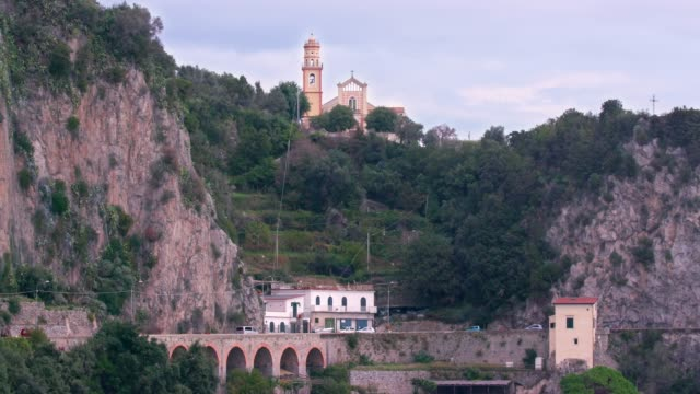 coast drive & chiesa san pancrazio martire, church, amalfi coast, province of salerno, italy - 岩肌点の映像素材/bロール