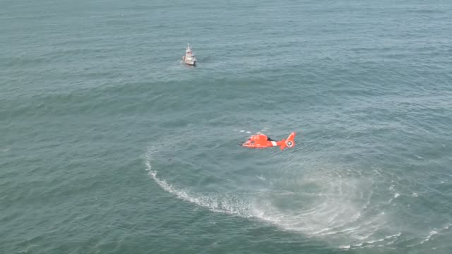 coast guard air station port angeles washington aircrews conduct training off of neah bay washington with their eurocopter mh65 dolphin helicopter... - imbracatura di sicurezza video stock e b–roll