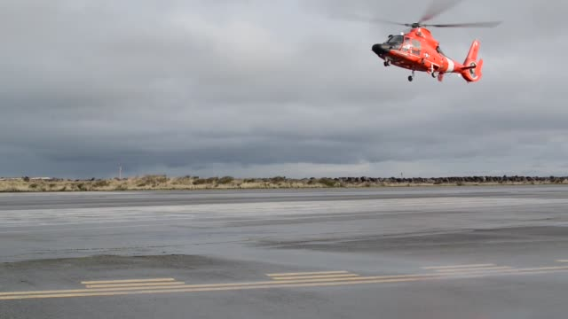 coast guard air station port angeles, washington aircrews conduct training off of neah bay, washington with their eurocopter mh-65 dolphin... - imbracatura di sicurezza video stock e b–roll
