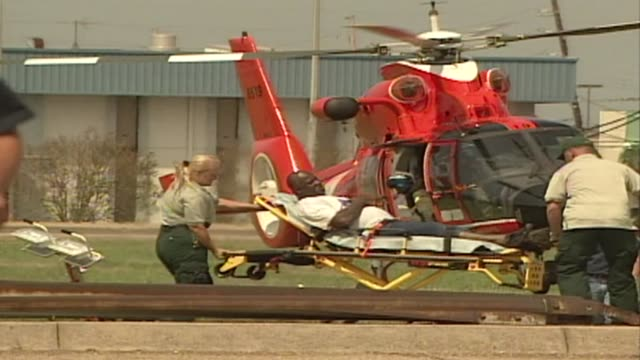 coast guard and national guard helicopters containing hurricane katrina survivors land in the new orleans' suburb metairie - 救う点の映像素材/bロール