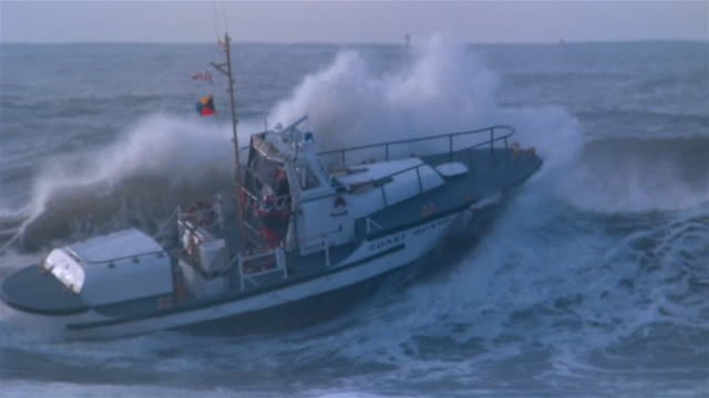 vídeos y material grabado en eventos de stock de ms, coast guard boat against wave, california, usa - 1983