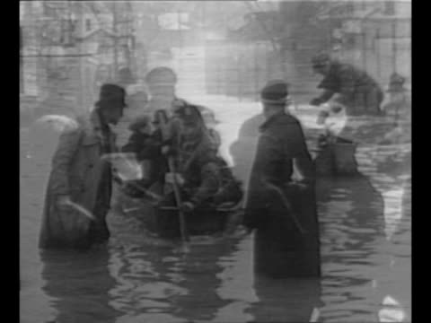 vídeos y material grabado en eventos de stock de coast guard rowboat full of refugees approaches from flooded city street in the ohio river valley / men wade in water to guide another rowboat to... - río ohio
