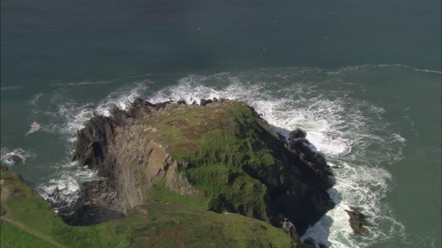 vídeos de stock e filmes b-roll de coast near porthgain - pembrokeshire