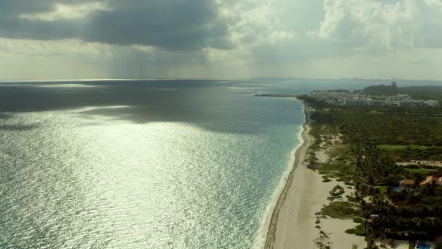 vídeos de stock e filmes b-roll de coastal landscape near cancun mexico - empreendimento turístico