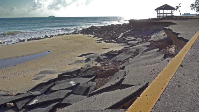 stockvideo's en b-roll-footage met 4k dolly: kustweg beschadigd door erosie - vernieling