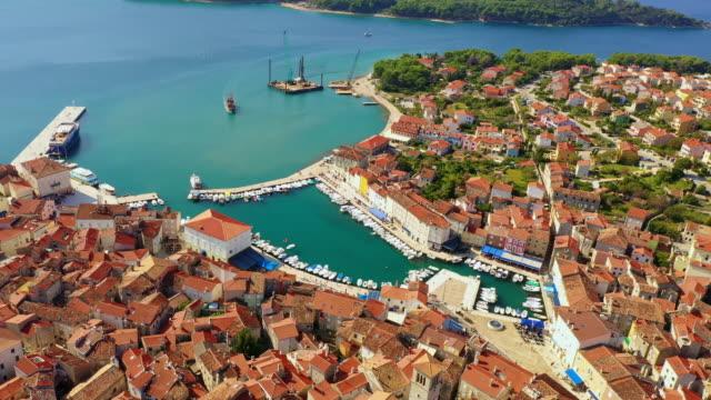 vídeos y material grabado en eventos de stock de aerial ciudad costera en el adriático - isla