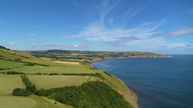 vidéos et rushes de coastal view of cleveland way and robin hoods bay, ravenscar, north yorkshire - nord est de l'angleterre