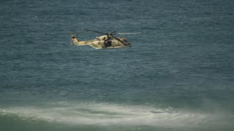 stockvideo's en b-roll-footage met kustwacht helikopter voor zoek- en reddingsacties - reddingswerker