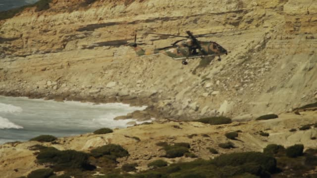 vídeos de stock e filmes b-roll de coastguard search and rescue helicopter - filme de ação