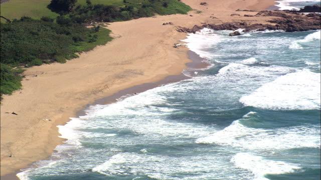 vídeos y material grabado en eventos de stock de costa alrededor de hibberdene - vista aérea - kwazulu-natal, sudáfrica - kwazulu natal