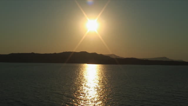 vídeos de stock e filmes b-roll de ws zi pov coastline at sunset / santorini, greece - santorini