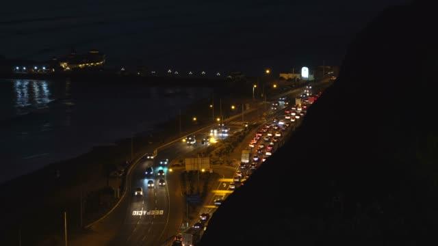 夜のミラフローレス地区からリマの海岸線, ペルー - リマ点の映像素材/bロール