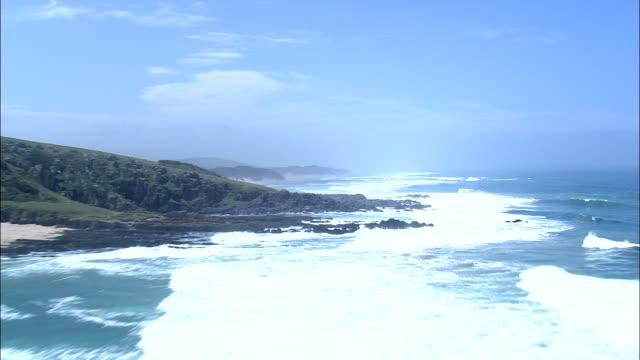 海岸線に近い nqakanga - 空中写真 - 東ケープ州 amathole 地区自治体、mbhashe、南アフリカ - 低い点の映像素材/bロール