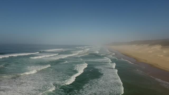 vídeos de stock e filmes b-roll de aerial coastline/ port elizabeth/ south africa - placa de nome de rua