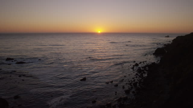 vídeos de stock e filmes b-roll de coastline sunset - gema semipreciosa