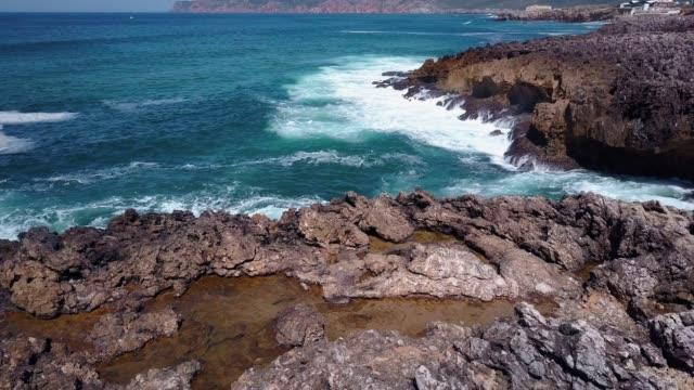 vídeos de stock e filmes b-roll de coastline - penhasco caraterísticas do território
