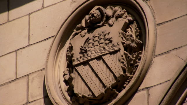 a coat of arms in bas-relief decorates the facade of the manchester town hall in england. available in hd. - rathaus stock-videos und b-roll-filmmaterial
