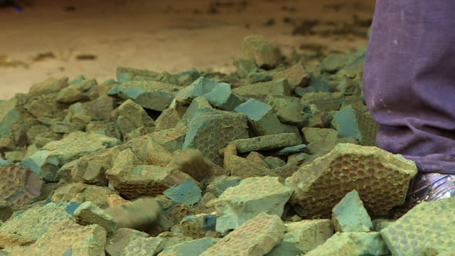 cobalt being mined in the democratic republic of congo - stein baumaterial stock-videos und b-roll-filmmaterial