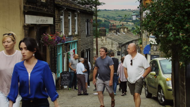 vídeos y material grabado en eventos de stock de cobbled english village street - yorkshire
