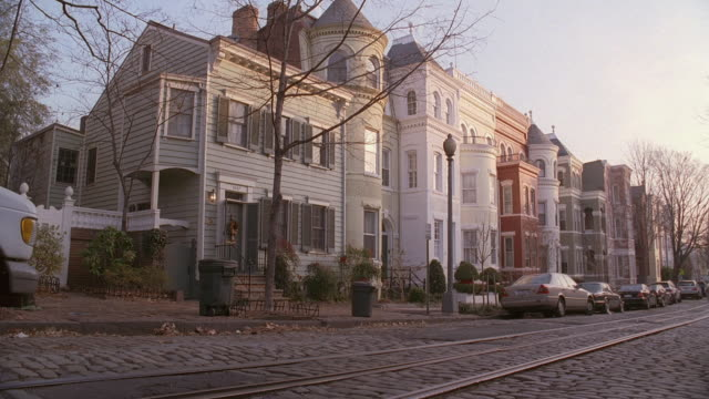 vidéos et rushes de pan cobbled stones and streetcar tracks in front of georgetown buildings / washington, d.c., united states - georgetown washington dc