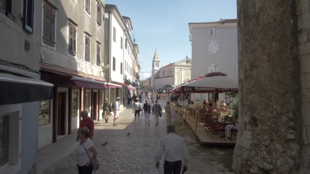cobbled street and restaurants towards trg slobode in the old town of porec, istra, adriatic sea, croatia, europe - courtyard stock videos & royalty-free footage