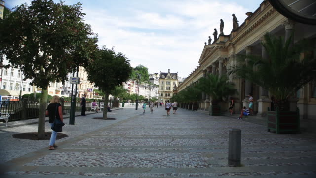 a cobbled street in karlovy vary - 玉石点の映像素材/bロール