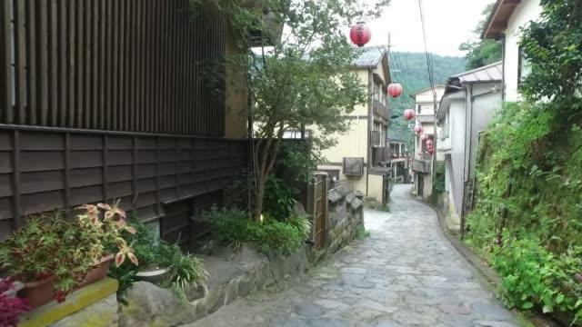 pov; cobblestone lane, yunohira onsen, oita, japan - 歩道点の映像素材/bロール
