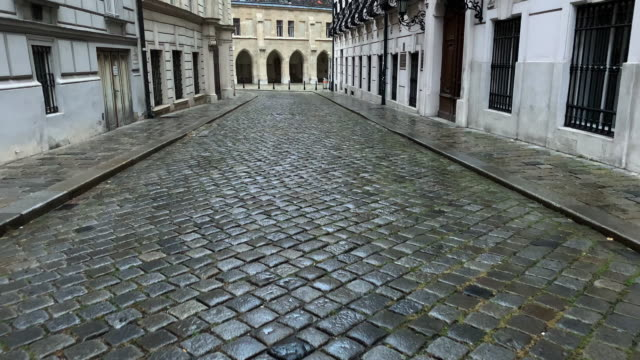 vidéos et rushes de cobblestone street historic vienne - pierre matériau de construction