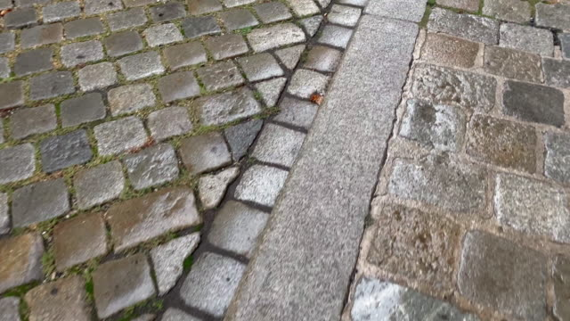 cobblestone street - kopfsteinpflaster stock-videos und b-roll-filmmaterial