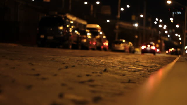 stockvideo's en b-roll-footage met cobblestone street with traffic - night - kassei