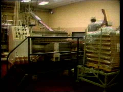 cocacola recipe changed usa lee sales analyst int well one percentage ms machinery in cocacola factory cms cans through machine very quickly... - 1985 stock-videos und b-roll-filmmaterial