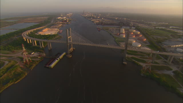 aerial cochrane-africatown usa bridge over the mobile river and industrial area, mobile, alabama, usa - alabama stock-videos und b-roll-filmmaterial
