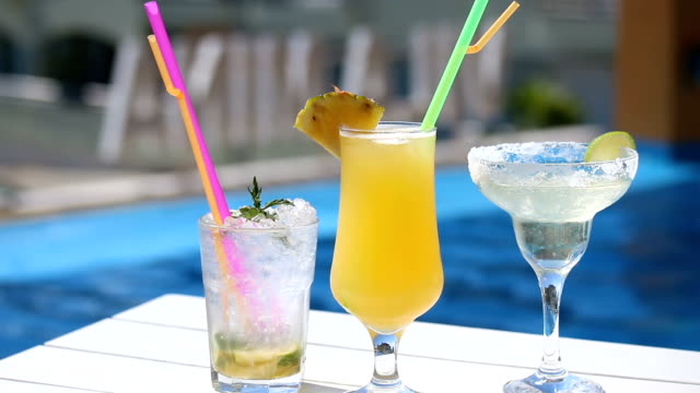 vídeos y material grabado en eventos de stock de cóctel bebidas junto a la piscina en row - al lado de la piscina