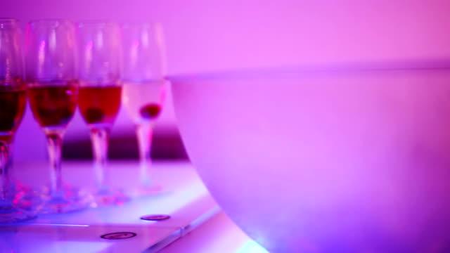 stockvideo's en b-roll-footage met cocktail in glasses - magenta