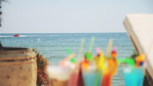 vídeos y material grabado en eventos de stock de cócteles en la playa - daiquiri